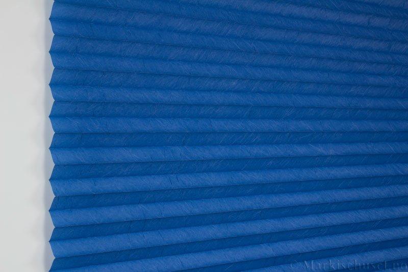 Plisségardin tekstil Crush Dustblock 290521-2603 Marinblå farge. Bildet er tatt med lys forfra.