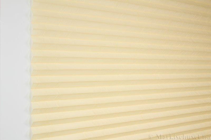 Plisségardin tekstil Crush Dustblock 290521-4306 Lys mais farge. Bildet er tatt med lys forfra.