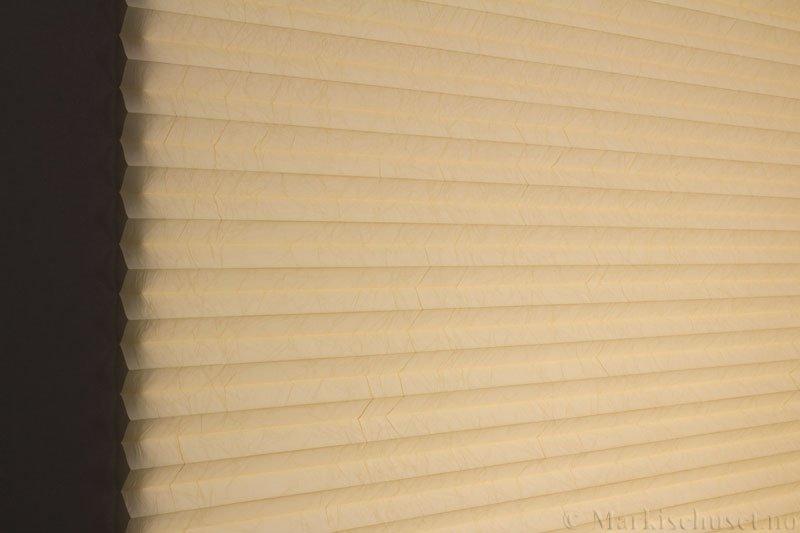 Plisségardin tekstil Crush Dustblock 290521-4306 Lys mais farge. Bildet er tatt med lys bakfra.