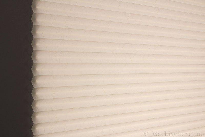 Plisségardin tekstil Crush Dustblock 290521-4570 Krem farge. Bildet er tatt med lys bakfra.
