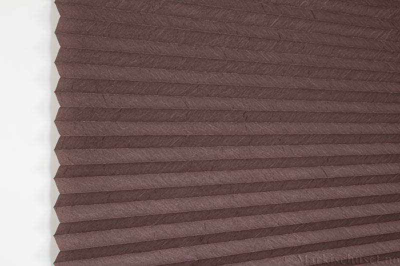 Plisségardin tekstil Crush Dustblock 290521-4990 Brun farge. Bildet er tatt med lys forfra.