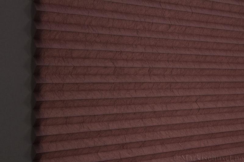 Plisségardin tekstil Crush Dustblock 290521-4990 Brun farge. Bildet er tatt med lys bakfra.