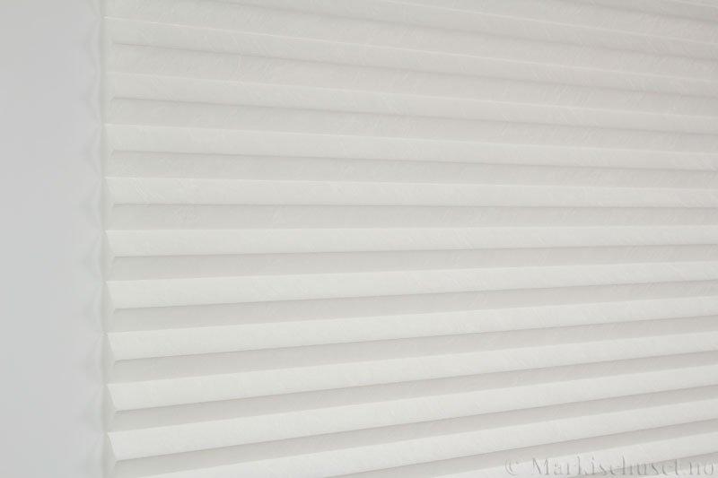 Plisségardin tekstil Crush Topar Plus 290522-0204 Eggehvit farge. Bildet er tatt med lys forfra.