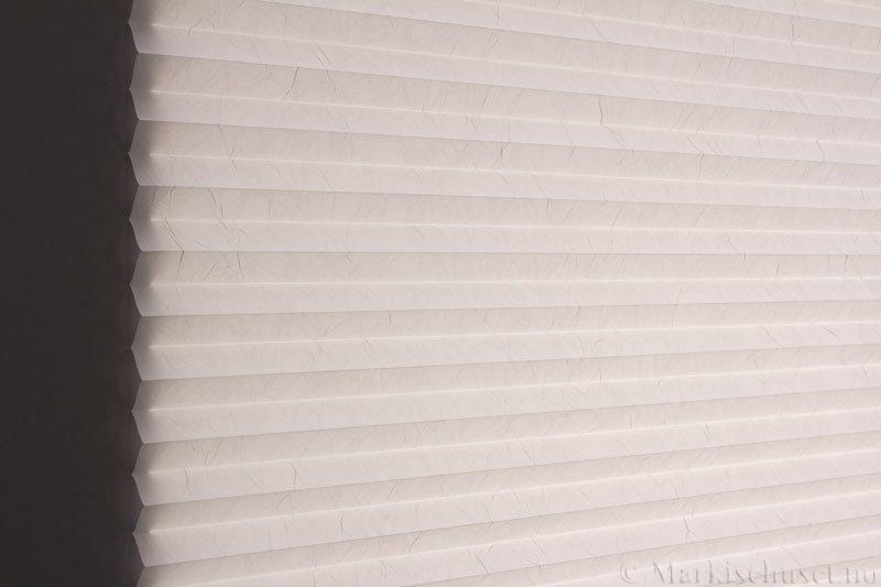 Plisségardin tekstil Crush Topar Plus 290522-0204 Eggehvit farge. Bildet er tatt med lys bakfra.