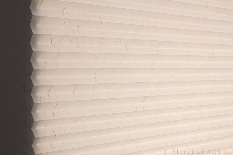 Plisségardin tekstil Crush Topar Plus 290522-0711 Papyrus farge. Bildet er tatt med lys bakfra.