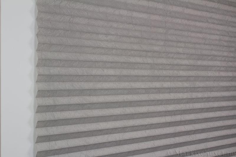 Plisségardin tekstil Crush Topar Plus 290522-1000 Elefantgrå farge. Bildet er tatt med lys forfra.