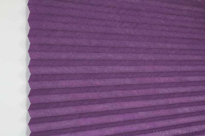 Plisségardin tekstil Crush Topar Plus 290522-2100 Lilla farge. Bildet er tatt med lys forfra.