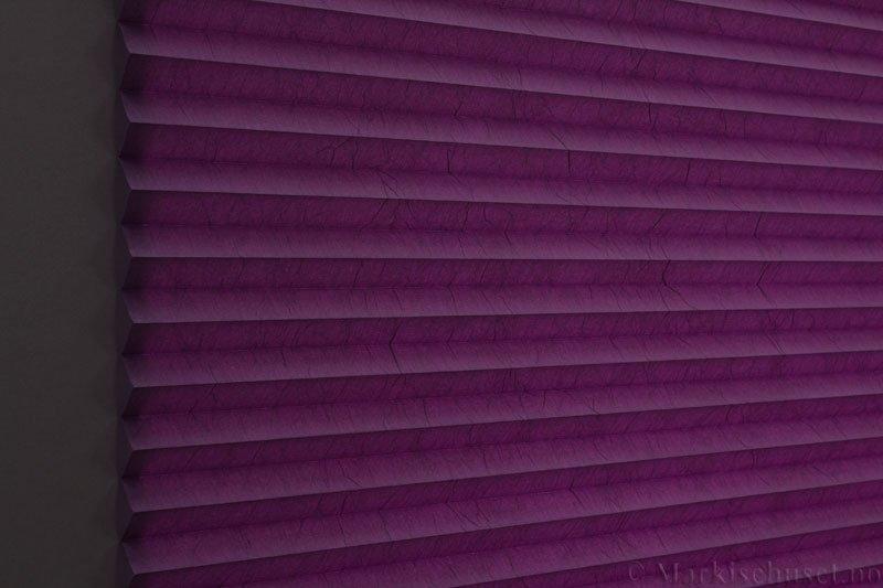 Plisségardin tekstil Crush Topar Plus 290522-2100 Lilla farge. Bildet er tatt med lys bakfra.