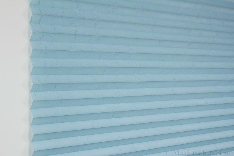 Plisségardin tekstil Crush Topar Plus 290522-2656 Salvieblå farge. Bildet er tatt med lys forfra.