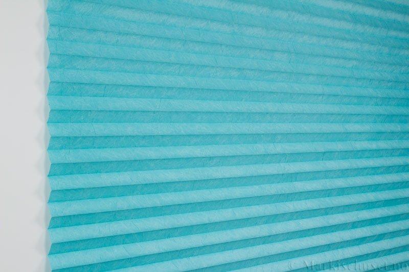 Plisségardin tekstil Crush Topar Plus 290522-3300 Aqua farge. Bildet er tatt med lys forfra.