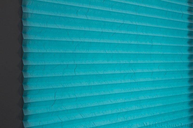 Plisségardin tekstil Crush Topar Plus 290522-3300 Aqua farge. Bildet er tatt med lys bakfra.