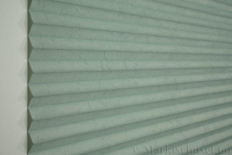 Plisségardin tekstil Crush Topar Plus 290522-3507 Vintergrønn farge. Bildet er tatt med lys forfra.