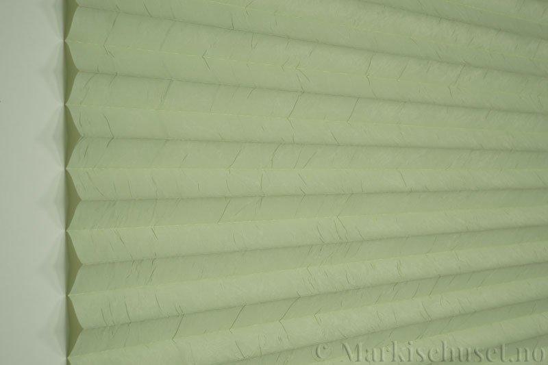 Plisségardin tekstil Crush Topar Plus 290522-3520 Lindengrønn farge. Bildet er tatt med lys forfra.
