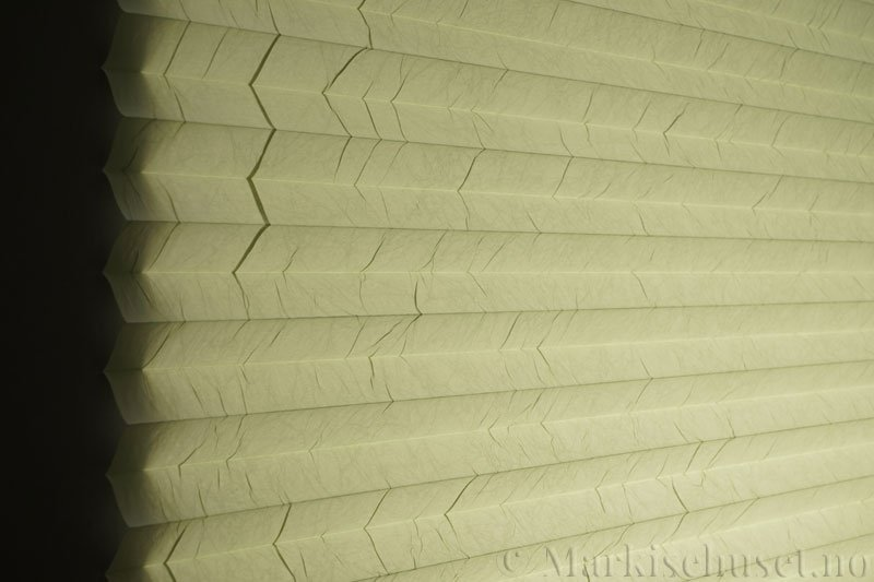 Plisségardin tekstil Crush Topar Plus 290522-3520 Lindengrønn farge. Bildet er tatt med lys bakfra.
