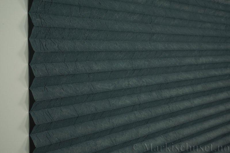 Plisségardin tekstil Crush Topar Plus 290522-3609 Mørk Grønn farge. Bildet er tatt med lys forfra.