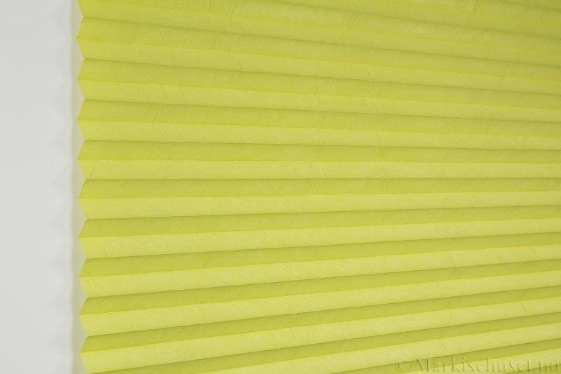 Plisségardin tekstil Crush Topar Plus 290522-3900 Limegrønn farge. Bildet er tatt med lys forfra.
