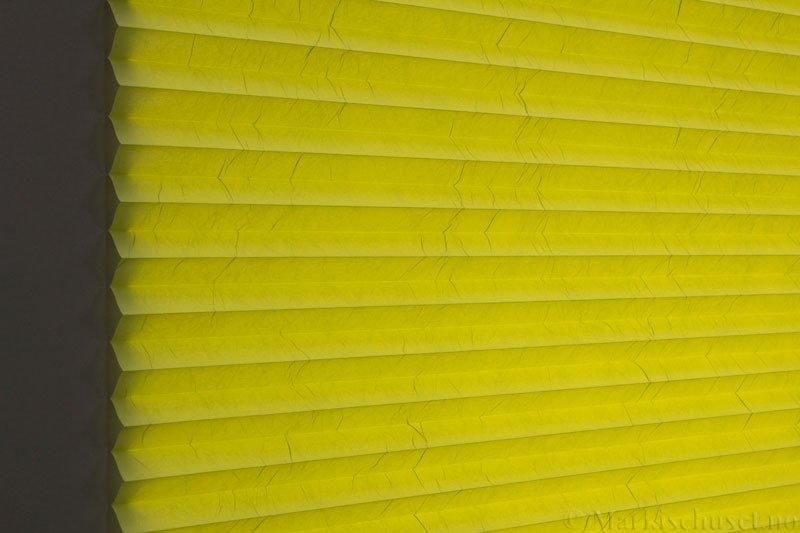 Plisségardin tekstil Crush Topar Plus 290522-3900 Limegrønn farge. Bildet er tatt med lys bakfra.