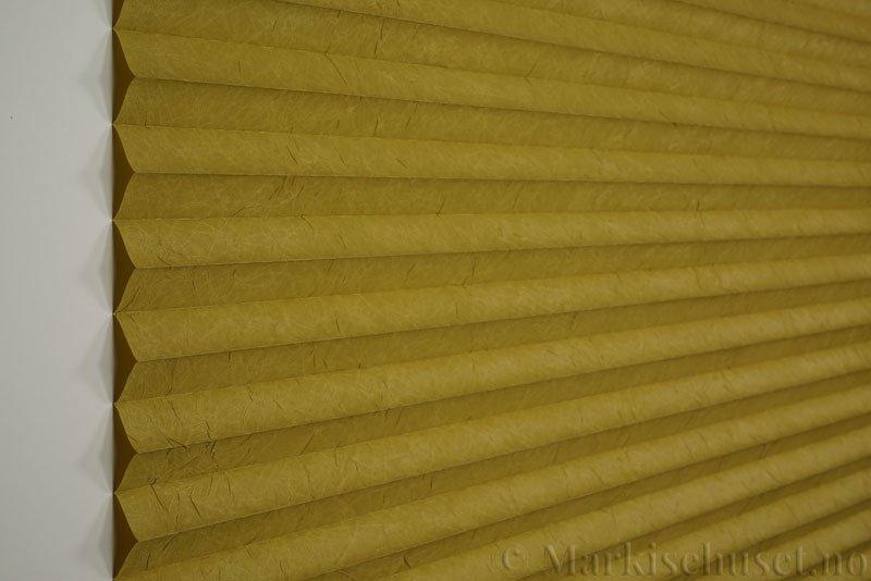 Plisségardin tekstil Crush Topar Plus 290522-4061 Mørk Lime farge. Bildet er tatt med lys forfra.