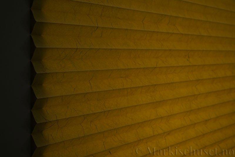 Plisségardin tekstil Crush Topar Plus 290522-4061 Mørk Lime farge. Bildet er tatt med lys bakfra.