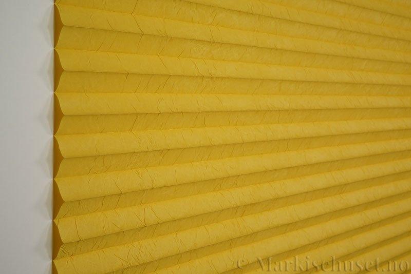 Plisségardin tekstil Crush Topar Plus 290522-4114 Gul farge. Bildet er tatt med lys forfra.