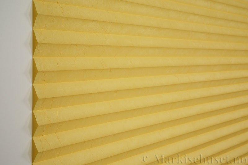 Plisségardin tekstil Crush Topar Plus 290522-4280 Maisgul farge. Bildet er tatt med lys forfra.