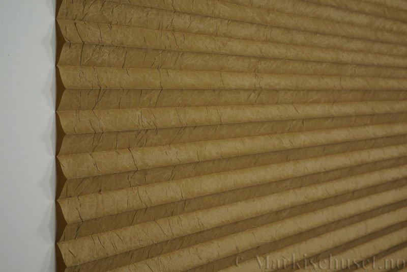 Plisségardin tekstil Crush Topar Plus 290522-4450 Olivenbrun farge. Bildet er tatt med lys forfra.