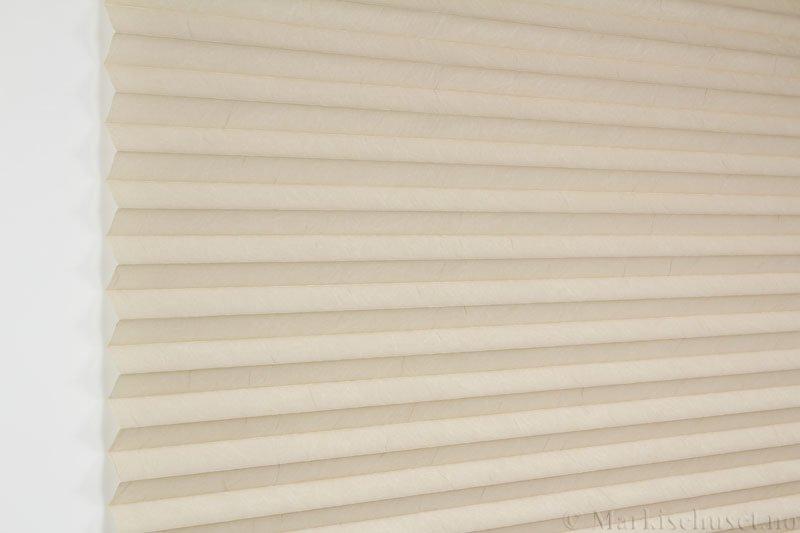 Plisségardin tekstil Crush Topar Plus 290522-4460 Østersgrå farge. Bildet er tatt med lys forfra.