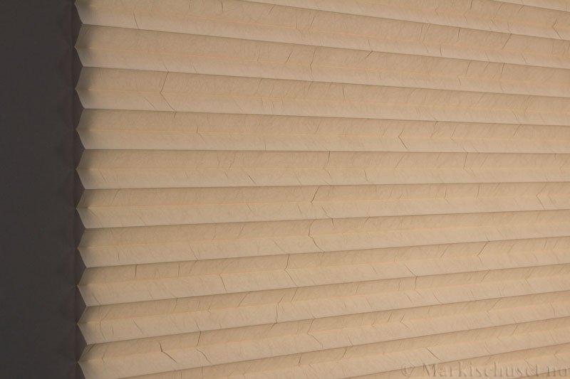 Plisségardin tekstil Crush Topar Plus 290522-4460 Østersgrå farge. Bildet er tatt med lys bakfra.