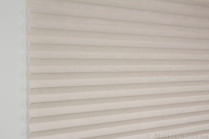 Plisségardin tekstil Crush Topar Plus 290522-4566 Krystallgrå farge. Bildet er tatt med lys forfra.