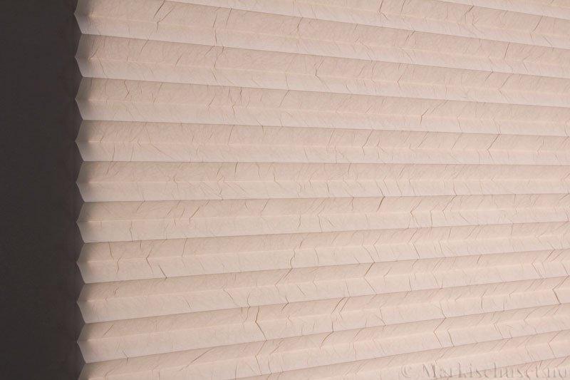 Plisségardin tekstil Crush Topar Plus 290522-4566 Krystallgrå farge. Bildet er tatt med lys bakfra.