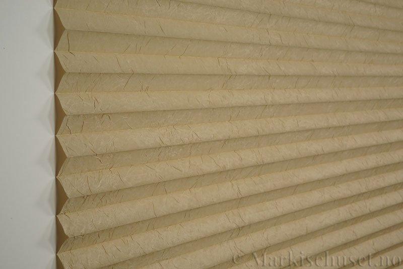 Plisségardin tekstil Crush Topar Plus 290522-4653 Latte Machiato farge. Bildet er tatt med lys forfra.