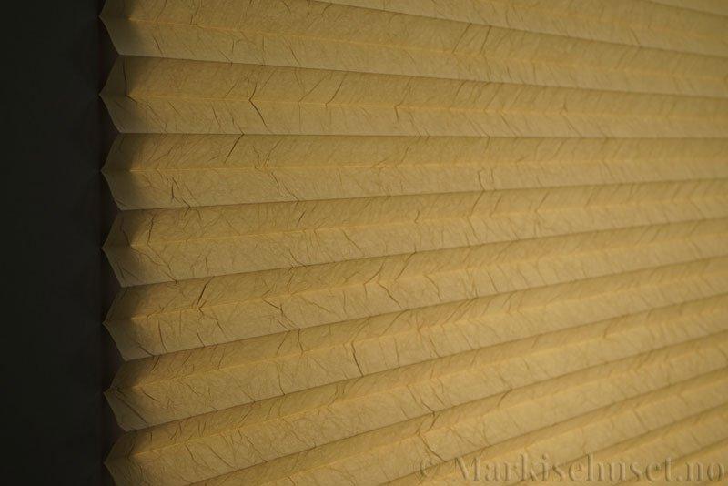 Plisségardin tekstil Crush Topar Plus 290522-4653 Latte Machiato farge. Bildet er tatt med lys bakfra.