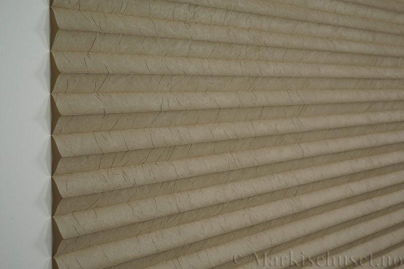 Plisségardin tekstil Crush Topar Plus 290522-4720 Sand farge. Bildet er tatt med lys forfra.