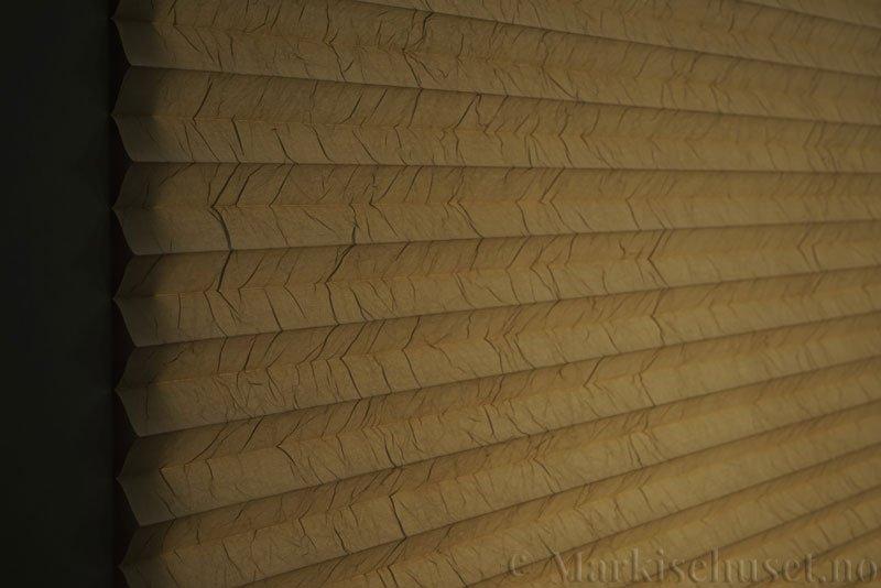Plisségardin tekstil Crush Topar Plus 290522-4720 Sand farge. Bildet er tatt med lys bakfra.