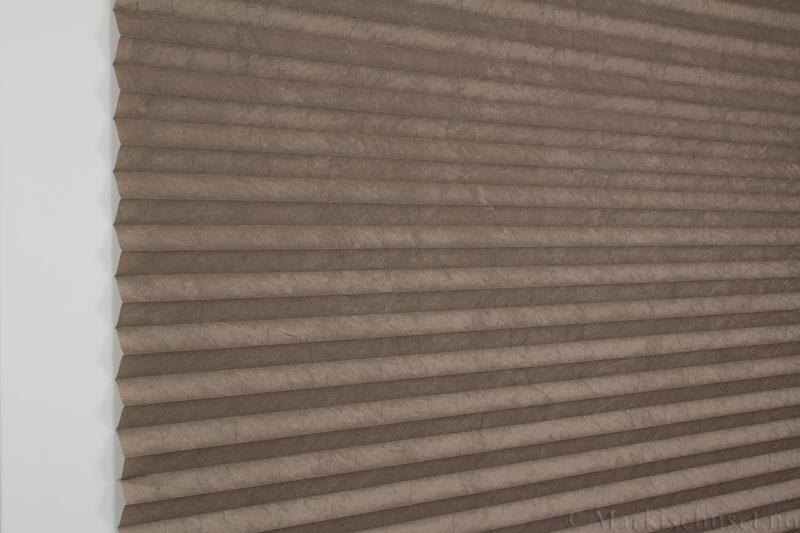 Plisségardin tekstil Crush Topar Plus 290522-4801 Brungrå farge. Bildet er tatt med lys forfra.