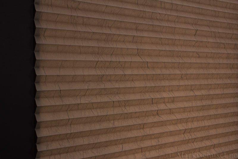 Plisségardin tekstil Crush Topar Plus 290522-4801 Brungrå farge. Bildet er tatt med lys bakfra.