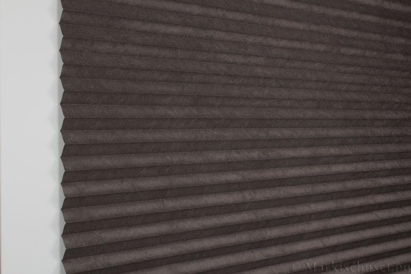 Plisségardin tekstil Crush Topar Plus 290522-4920 Majorbrun farge. Bildet er tatt med lys forfra.