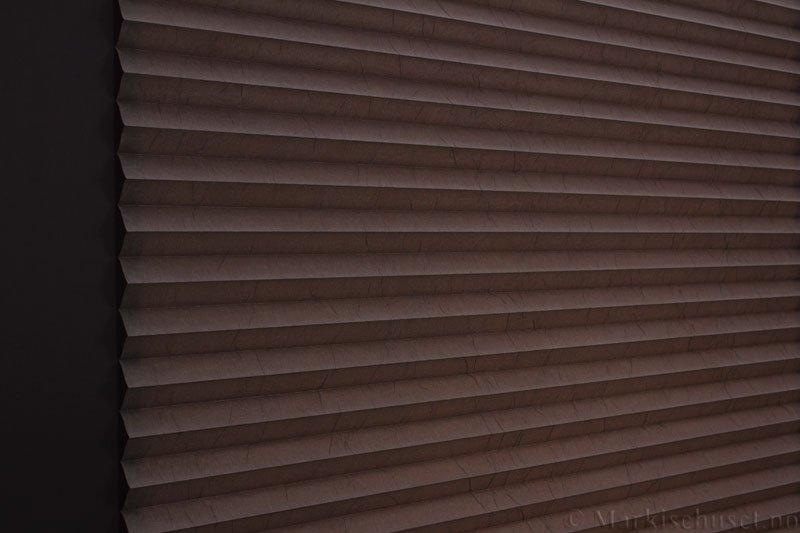 Plisségardin tekstil Crush Topar Plus 290522-4920 Majorbrun farge. Bildet er tatt med lys bakfra.