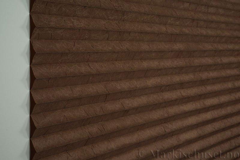 Plisségardin tekstil Crush Topar Plus 290522-5101 Kaninbrun farge. Bildet er tatt med lys forfra.