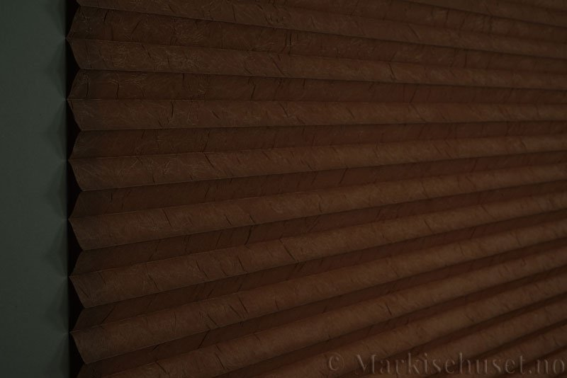 Plisségardin tekstil Crush Topar Plus 290522-5101 Kaninbrun farge. Bildet er tatt med lys bakfra.