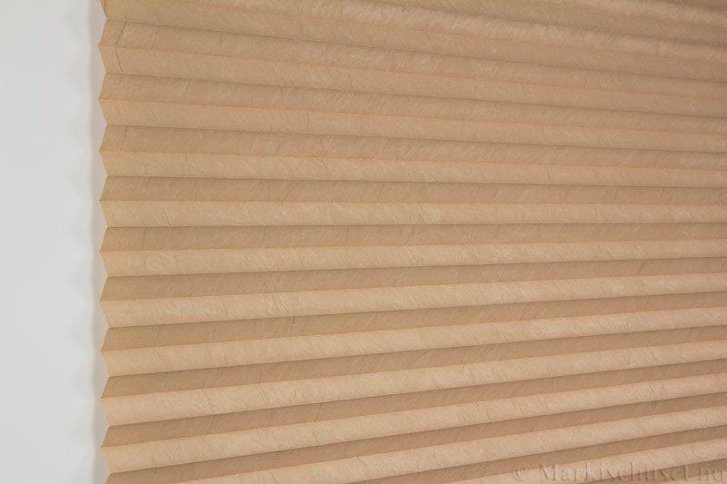 Plisségardin tekstil Crush Topar Plus 290522-5210 Cognacbrun farge. Bildet er tatt med lys forfra.