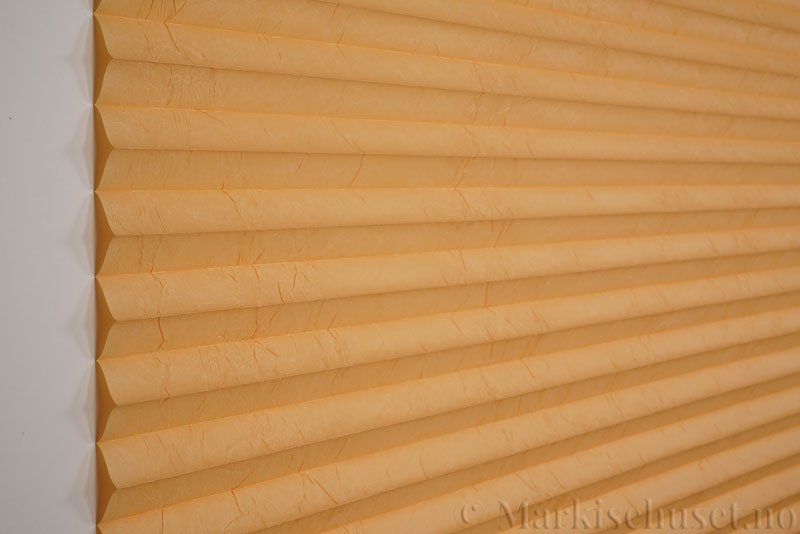Plisségardin tekstil Crush Topar Plus 290522-5300 Lakserød farge. Bildet er tatt med lys forfra.