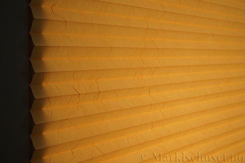 Plisségardin tekstil Crush Topar Plus 290522-5300 Lakserød farge. Bildet er tatt med lys bakfra.