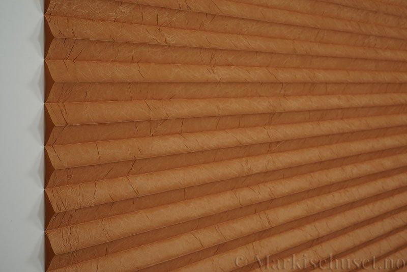 Plisségardin tekstil Crush Topar Plus 290522-5313 Toffeebrun farge. Bildet er tatt med lys forfra.