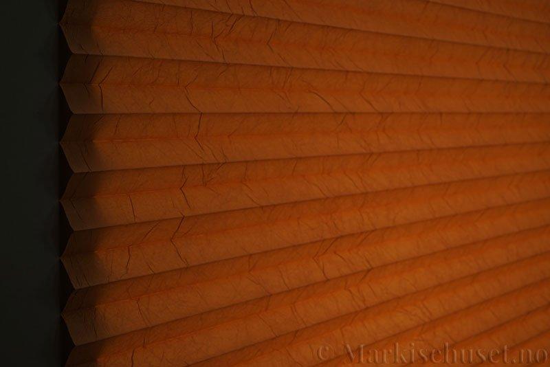 Plisségardin tekstil Crush Topar Plus 290522-5313 Toffeebrun farge. Bildet er tatt med lys bakfra.