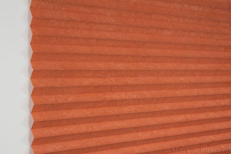 Plisségardin tekstil Crush Topar Plus 290522-5348 Jordrød farge. Bildet er tatt med lys forfra.