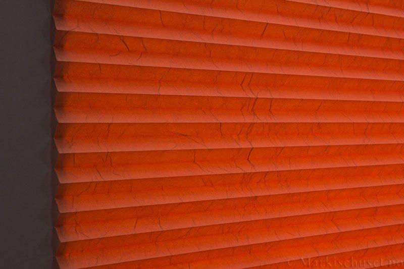 Plisségardin tekstil Crush Topar Plus 290522-5348 Jordrød farge. Bildet er tatt med lys bakfra.