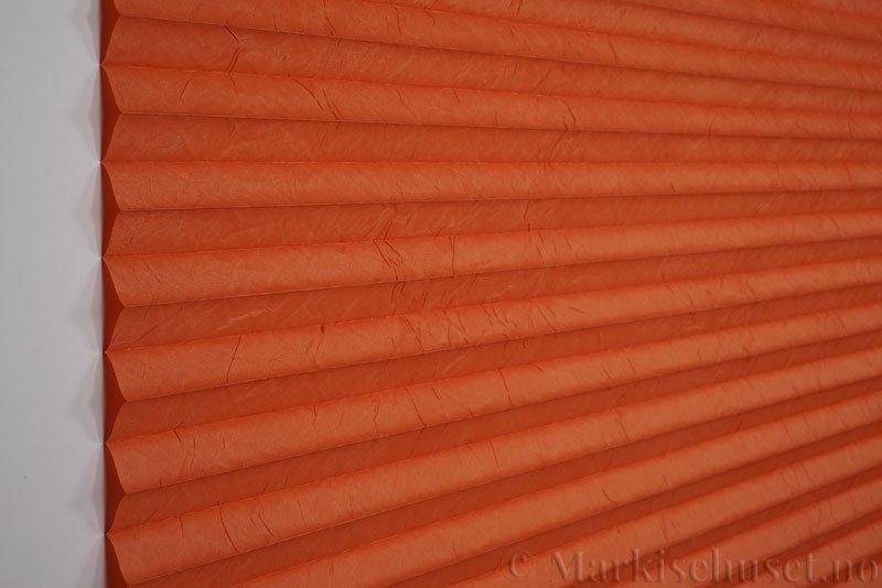 Plisségardin tekstil Crush Topar Plus 290522-5440 Varm Orange farge. Bildet er tatt med lys forfra.