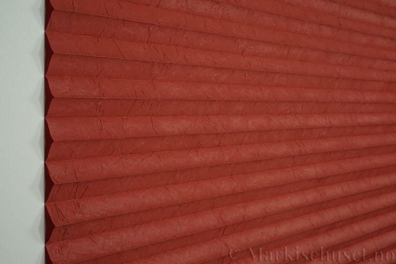 Plisségardin tekstil Crush Topar Plus 290522-5473 Rustrød farge. Bildet er tatt med lys forfra.