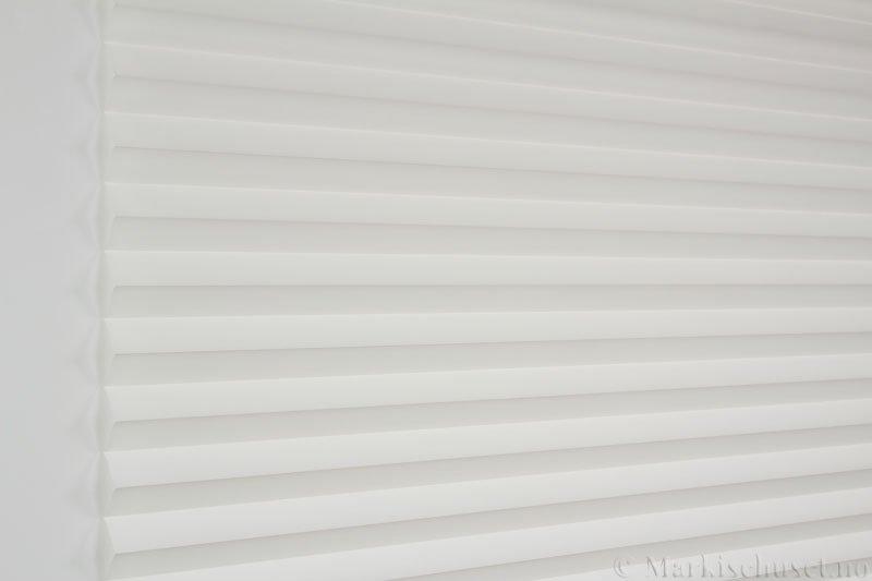 Plisségardin tekstil Chintz Topar Plus 290523-0204 Eggehvit farge. Bildet er tatt med lys forfra.